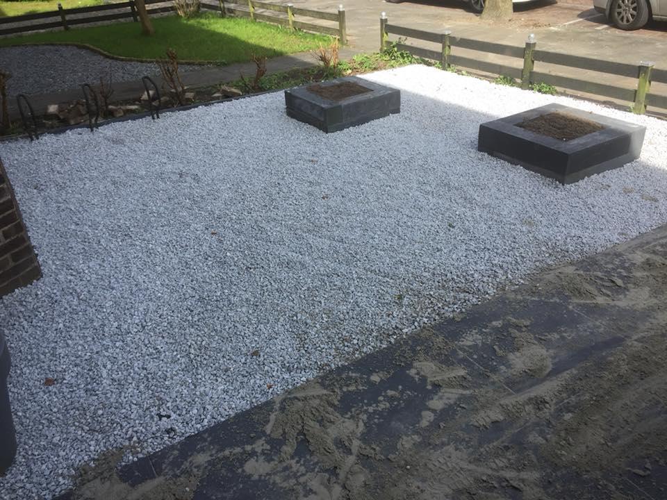 Verbazingwekkend Graszoden, tegels, lijngoot en voortuin met ice blue grind FY-01